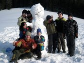 Kluci se sněhulákem...